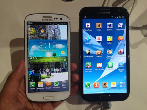 Galaxy S III (kiri) dan Galaxy Note II (kanan)