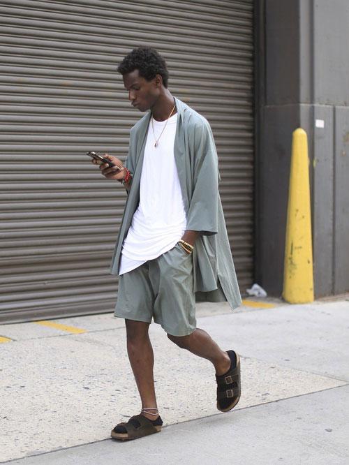 グレーはんてんジャケット×白無地Tシャツ×グレーショートパンツ×ブラウンサンダル