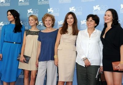 Valeria Sarmiento com o elenco feminino de LINHAS DE WELLINGTON