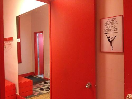 スタジオの更衣室のインテリアは、赤で統一。