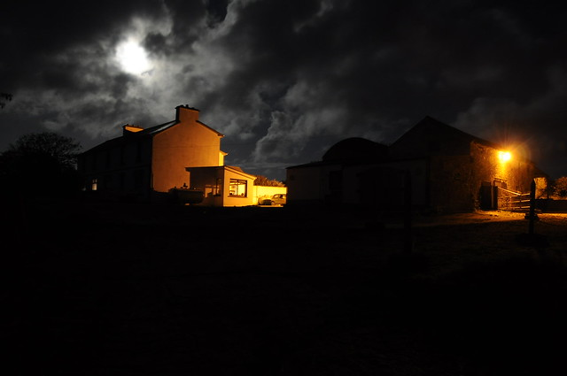 Vista noturna da sede da fazenda. Foto de Leonardo Dupin.
