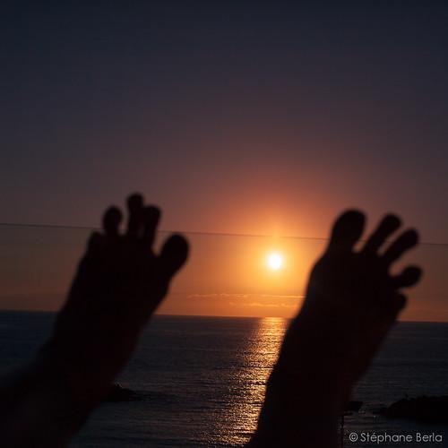 Deux familles d'orteils contemplent le coucher de soleil