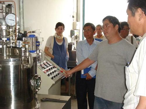 離心式瓜果種子溫湯消毒機現場操作解說。(圖片來源:花蓮農改場)