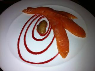 Salmón marinado con salsa de frambuesa