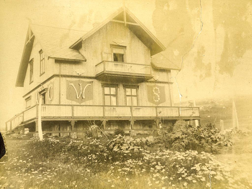 PEM-MGI-00004 Våningshuset «Hvalheim» på Giævers kvalstasjon på Skorøya med veggskjold av hvalbein