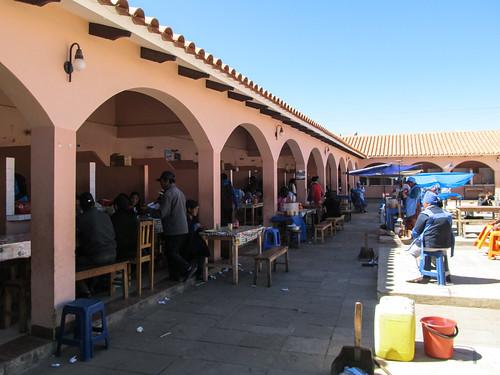 Tarabuco: c'est ici que nous avons mangé à midi, au marché dominicale. Un piquante de pollo (poulet dans une sauce un peu piquante).
