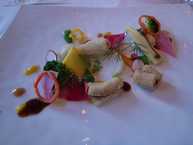 <p>d) アナゴのフリット&彩り野菜のッジャルディーヌ仕立て</p>