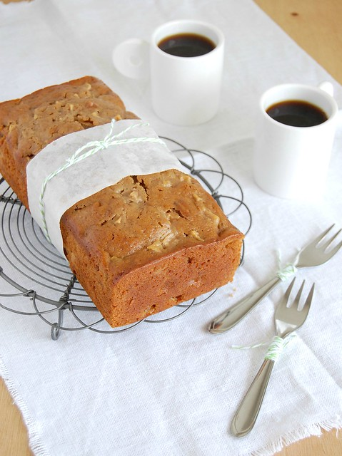 Apple and pecan gingerbread loaf / Bolo de gengibre, maçã e pecã