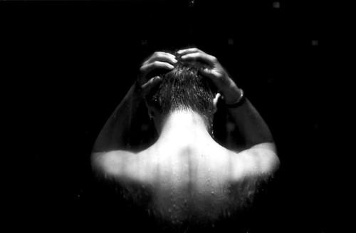 無料写真素材, 人物, 人物  後ろ姿, モノクロ, お風呂・シャワー