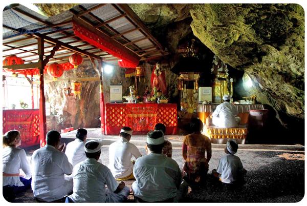 Nusa Penida - Goa Giri Putri Ceremony