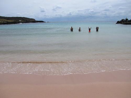 Agua transparente en Playa Anakena