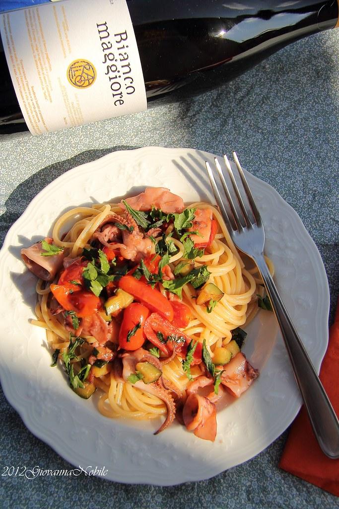 Spaghetti con calamaretti, zucchine e pomodori datterini
