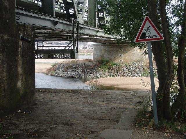 Señal divertida: cuidado, que te caes al río