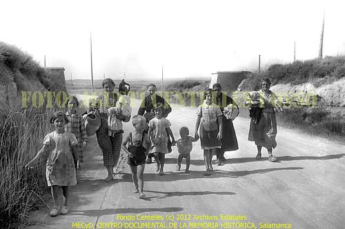 Frente de Aragón, provincia de Huesca, la población civil huye en la zona de Tardienta, hacia el 19 de agosto de 1936. by Octavi Centelles