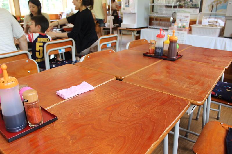 道の駅三田貝分校のテーブル