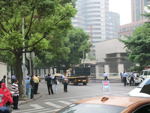 在中国日本領事館前の通りは閉鎖中(上海)