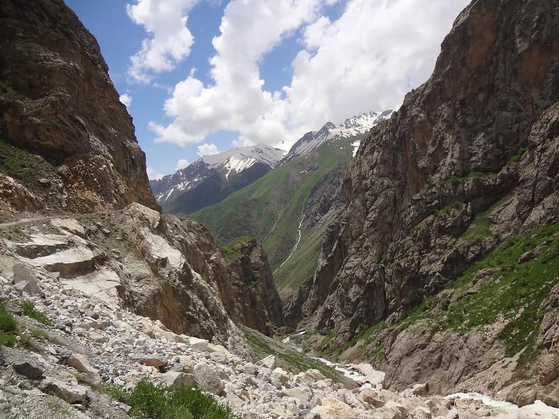 Caminho até à cidade de Kalaichum no Tajiquistão