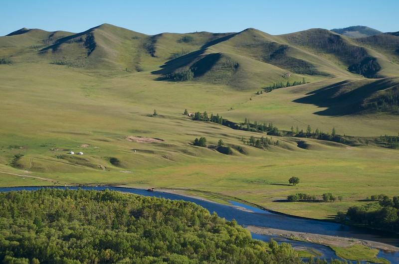 モンゴルの草原と山稜