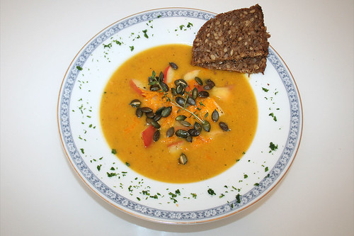 42 - Kürbis-Möhren-Suppe mit Cheddar, Bratapfel & Kürbiskernen / Pumpkin carrot soup with cheddar, fried apples & pumpkin seeds - Serviert