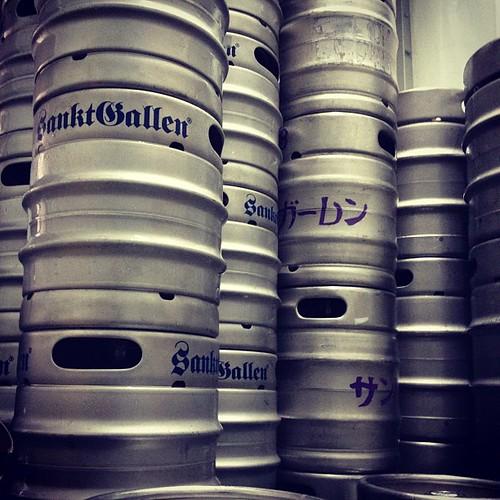 三連休に向けて、冷蔵車にがっつりビールを補充中。飲み尽くして下さいっ!