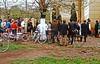 Mit dem Rad zur Hochzeitsschau vor der Kirche. Bereits in den 1970er Jahren gab es hinter dem Eisernen Vorhang viele neue und moderne Räder, die von Bekannten und Verwandten aus der BRD als Warenpakete nach Rumänien gesendet wurden.