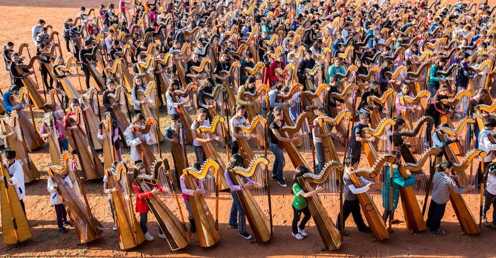 Muchos jóvenes y niños de distintas localidades del país se reunieron en el Colegio Cristo Rey para practicar con sus arpas en los días previos al Megaconcierto realizado el 15 de julio en la Plaza Uruguaya. (Tetsu Espósito)