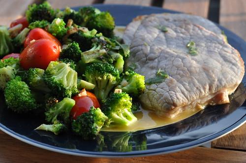 Kalv med broccoli, hvidløg, tomater og salvie