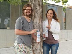 Carles Gómez i Bet Puigblaqué, de Kiwe Studio, mostren l'ampolla amb el disseny guanyador.