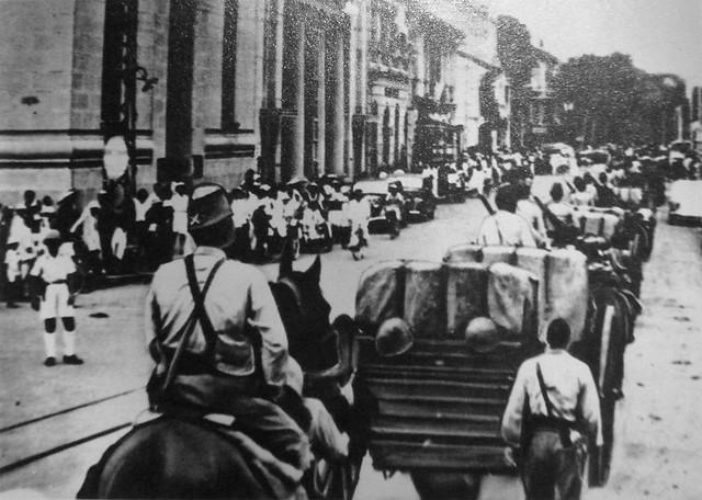 Japanese troops entering Saigon in 1941 - Quân Nhật tiến vào Rue d'Adran (trước 1975 là Võ Di Nguy, nay là Hồ Tùng Mậu)