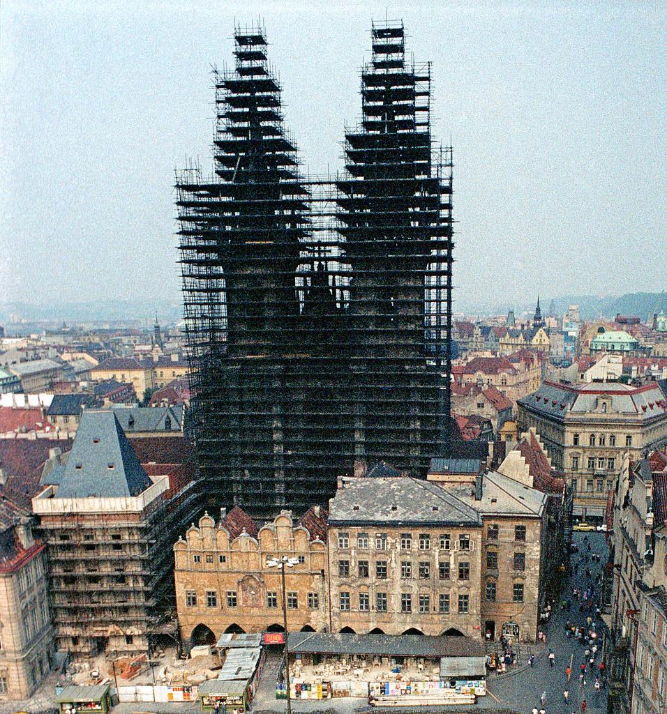 L'église de Notre Dame de Tyn à Prague en rénovation dans les années 1980. Photo d'Alan Denney.