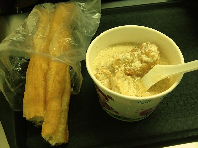 豆漿(豆乳)と揚げパン
