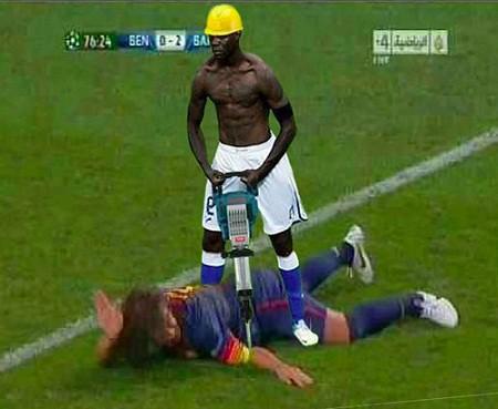 Foto montaje Balotelli taladrando codo Puyol