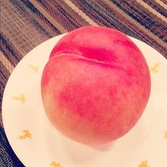 桃は皮のまま丸齧りする派です(キリッ)  #もも #桃 #peach