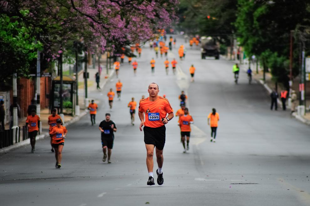 Uno de los participantes del Maratón va subiendo la Avda. Mcal. López de regreso a la meta luego del recorrido correspondiente a la categoría de 21 kilómetros. (Elton Núñez)