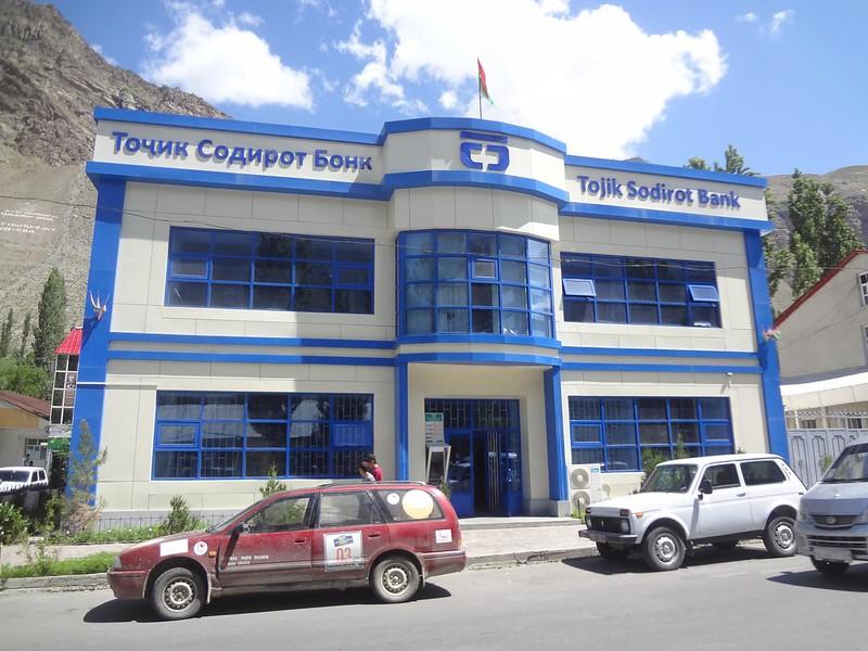 Fachada do Banco Tojik Sodirot Bank em Khorugh, na Província Autónoma de Gorno-Badakhshan - Tajiquistão