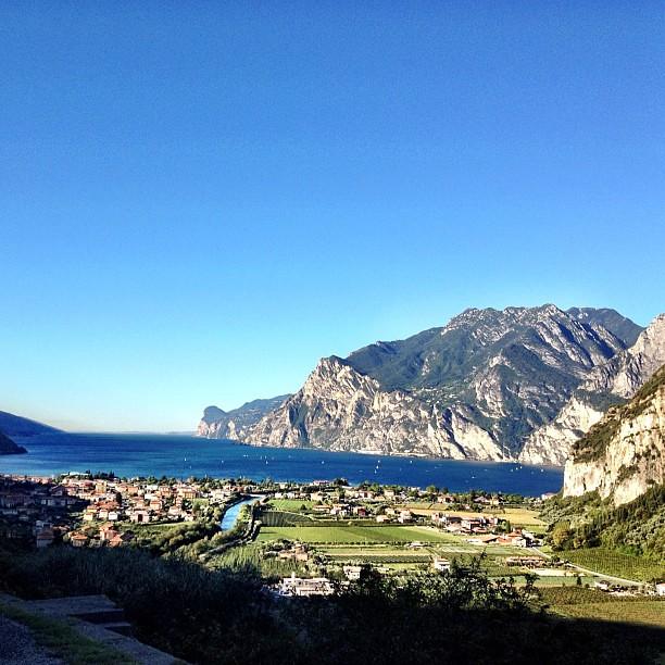Non mi stuferò mai di dirlo, ma in che #paradiso viviamo? #igerstrentino #lake #sun @gardatrentino @visittrentino