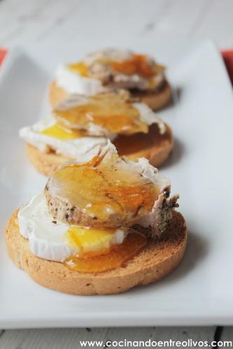 Tostas de solomillo a la sal con queso y naranja confitada (24)