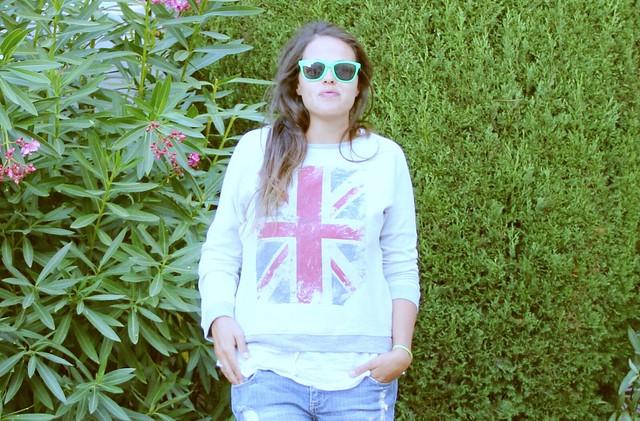 Look shorts jeans + sudadera gris bandera