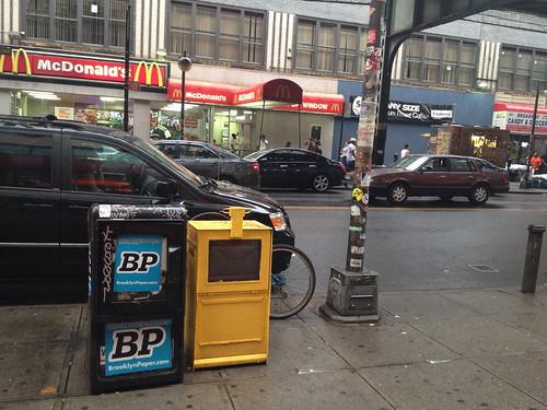 道端に設置してあるフリーペーパーの配布ボックス。