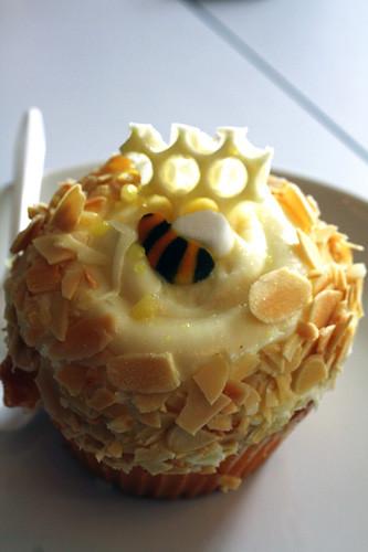 Bee-cupcake