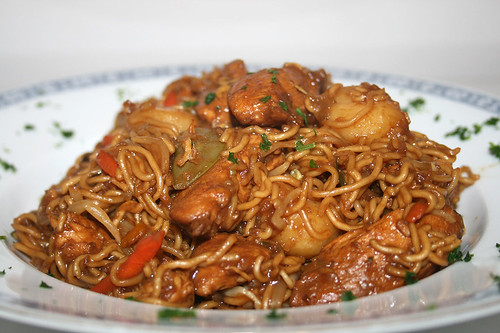 41 - Asiatische Hühnchenpfanne mit Wasserkastanien / Asia chicken noodles with water chestnuts - CloseUp