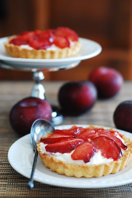 Plum tartlets, tartelettes with plums, sugar, goat cheese, whipped cream