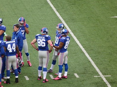 Bear Pascoe, Victor Cruz and Eli Manning talk in a time out