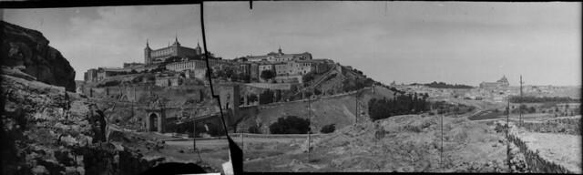 Panorámica de Toledo en 1921 desde el cerro del Castillo de San Servando. Fotografía de José Regueira. Filmoteca de Castilla y León. RESEP-215