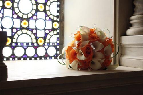 Orange roses_white callas1