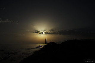 Atardecer, playa, sol y nubes