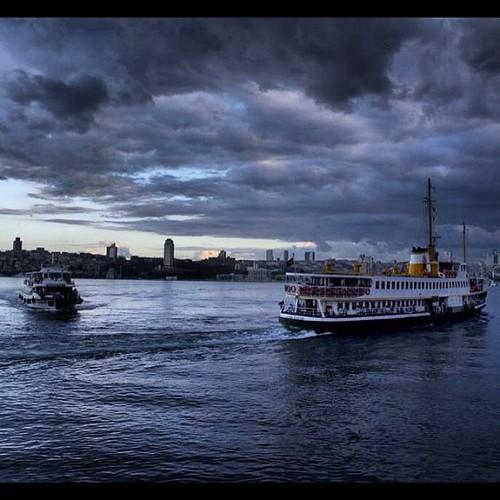 Istanbul #estambul  #whpgoldenhour #ferry  #bosphorus  #streetphoto  #sea  #streetphotography  #turkey  #turquia