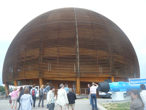Universe of Particles, o estiloso prédio, com acabamento e parte da estrutura em madeira.