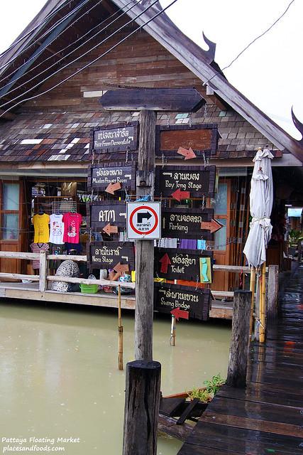 pattaya floating market signs