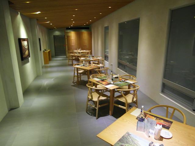 彬菲一景:重點不在於紙藤編織的椅子,而是這座建築物。因為這裡較深,所以保留大量的大窗戶,讓午后的日照可以透進來,避免這裡變得陰暗潮濕